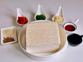 酸辣豆腐,准备食材,蒜切末,葱切葱花。