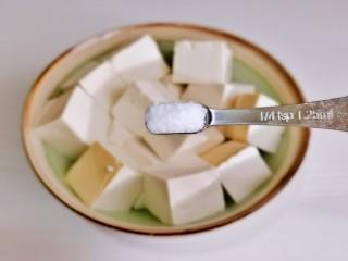 酸辣豆腐,加盐,冷水泡10分钟。