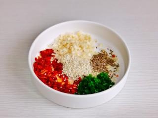 酸辣豆腐,蒜末,葱花,辣椒碎,白芝麻,孜然粒倒碗中。