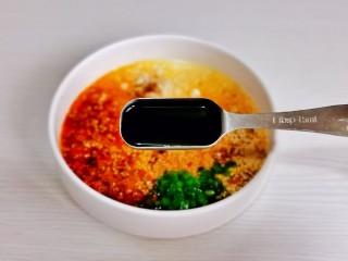 酸辣豆腐,加入两勺生抽。