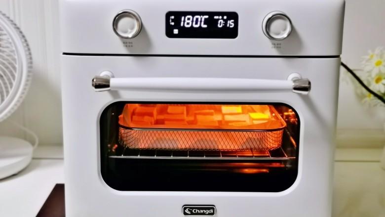 酸辣豆腐,空气炸功能180度烤15分钟。