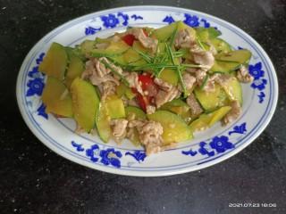 嫩南瓜炒肉丝,起锅装盘,撤小葱