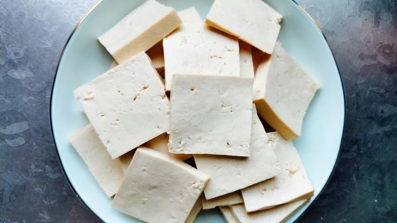 酸辣豆腐,把豆腐切成薄片