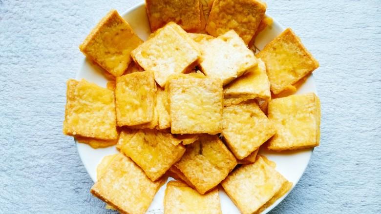 酸辣豆腐,待豆腐煎成两面金黄色,盛出待用