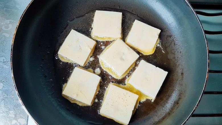 酸辣豆腐,放入油锅里煎,油温不能高哦!