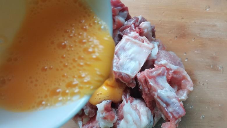 蒜蓉豆豉蒸排骨,淋入排骨