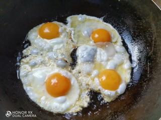 糖醋鸡蛋,平底锅烧热,放入适量的油,打入鸡蛋