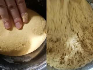 彩蔬玉米馒头,盆里加入300克面粉10克糖3克酵母用南瓜泥和面,揉成光滑的面团放在温暖地方发酵
