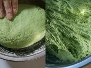 彩蔬玉米馒头,盆里加入300克面粉10克糖3克酵母用青菜糊和面揉成光滑的面团放在温暖的地方发酵