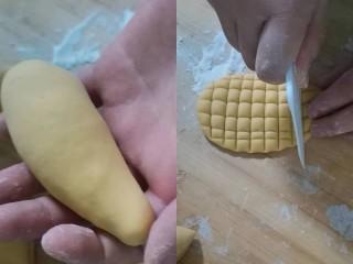 彩蔬玉米馒头,取一个黄色面团剂子搓成水滴状,然后按扁,用刮刀压出玉米粒的样子