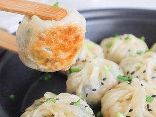 饺子皮竟能做出这么鲜嫩香脆的「迷你生煎包」一口一个,好吃到打滚~