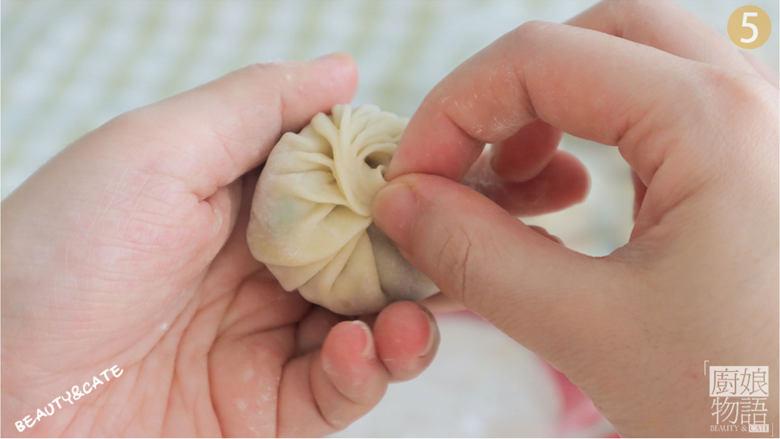 饺子皮竟能做出这么鲜嫩香脆的「迷你生煎包」一口一个,好吃到打滚~,饺子皮中放入馅料,捏紧面皮包成包子状。