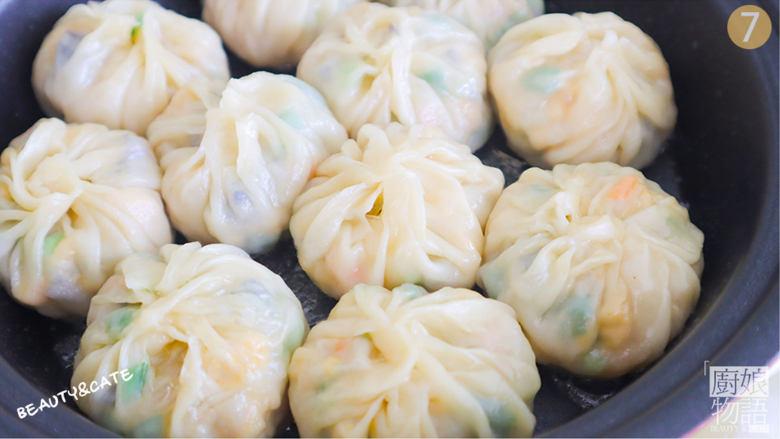 饺子皮竟能做出这么鲜嫩香脆的「迷你生煎包」一口一个,好吃到打滚~,倒入半碗水,盖上盖子焖5分钟后揭开收干水分。