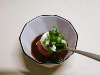 糖醋鸡蛋,碗中放入番茄酱、酱油、醋、白糖和部分香葱碎。