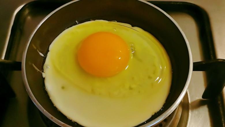 糖醋鸡蛋,迷你平底锅加入食用油,油热后敲入<a style='color:red;display:inline-block;' href='/shicai/ 9'>鸡蛋</a>。
