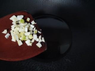 莲藕鸡腿盖饭,凉油热锅放入葱蒜末炒出香味