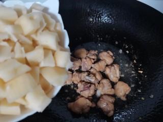 莲藕鸡腿盖饭,鸡腿炒至变色,放入藕丁炒匀