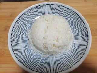 莲藕鸡腿盖饭,米饭提前煮好,倒扣在盘中