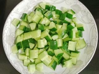 宫保鸡丁,黄瓜表皮用盐搓洗干净切丁