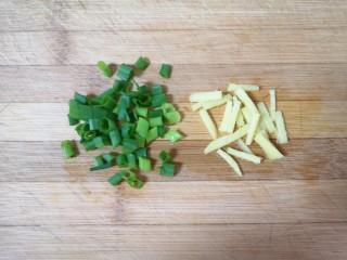 糖醋鸡蛋,生姜切成丝,小葱叶切成葱花。