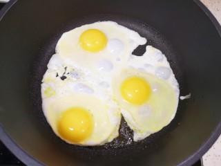 糖醋鸡蛋,平底锅倒入适量食用油烧热,打入鸡蛋。