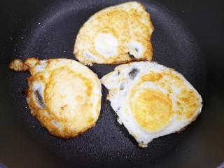 糖醋鸡蛋,翻面煎另一面。