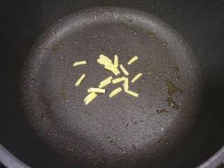 糖醋鸡蛋,煎鸡蛋的平底锅不用放油,下入姜丝炒出香味。