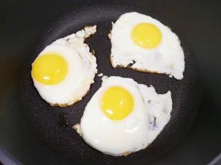糖醋鸡蛋,等到鸡蛋底部凝固以后,用铲子将鸡蛋分开。
