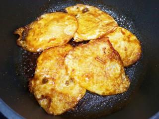 糖醋鸡蛋,将鸡蛋翻面,使煎蛋充分的吸收糖醋汁。