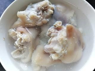 莲藕炖猪蹄,将猪蹄捞出清洗干净