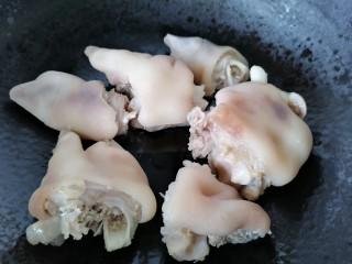 莲藕炖猪蹄,锅内放油烧热放入猪蹄