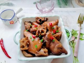莲藕炖猪蹄,拍上成品图,一道美味又营养的莲藕炖猪蹄就完成了。