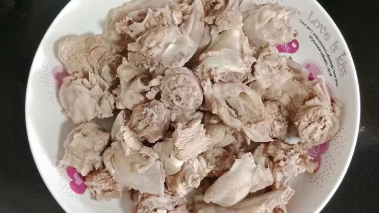 电饭煲冬瓜焖鸭,捞出用温水清洗干净,装盘待用