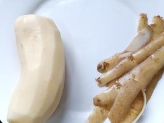 土豆香菇焖鸡,将土豆去皮