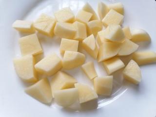 土豆香菇焖鸡,将土豆切成小块