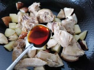 土豆香菇焖鸡,加入适量生抽提鲜