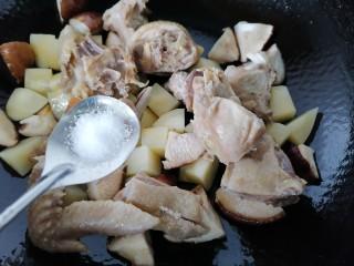 土豆香菇焖鸡,加入一勺盐调味