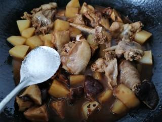 土豆香菇焖鸡,等汤汁稍微收干加入一勺白糖提味