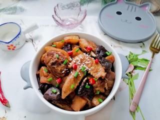 土豆香菇焖鸡,拍上成品图,一道美味又营养的土豆香菇焖鸡就完成了。