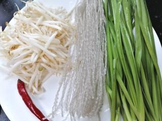 韭菜豆芽炒粉丝,准备好所需材料