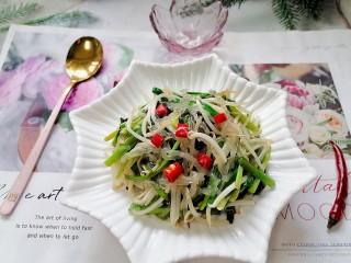 韭菜豆芽炒粉丝,拍上成品图,一道清爽可口的韭菜豆芽炒粉丝就完成了。