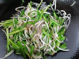 韭菜豆芽炒粉丝,翻炒至韭菜变软即可出锅