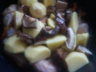 土豆香菇焖鸡,放入泡发后的香菇