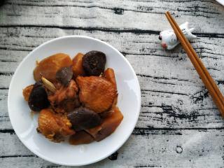 土豆香菇焖鸡,用电压力锅选择炖肉功能,炖煮30分钟就可以了,开盖后如果觉得汤汁多了,可以再收一下汁