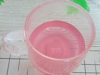 椰汁葡萄凉粉,加入烧开的葡萄皮水搅拌均匀。