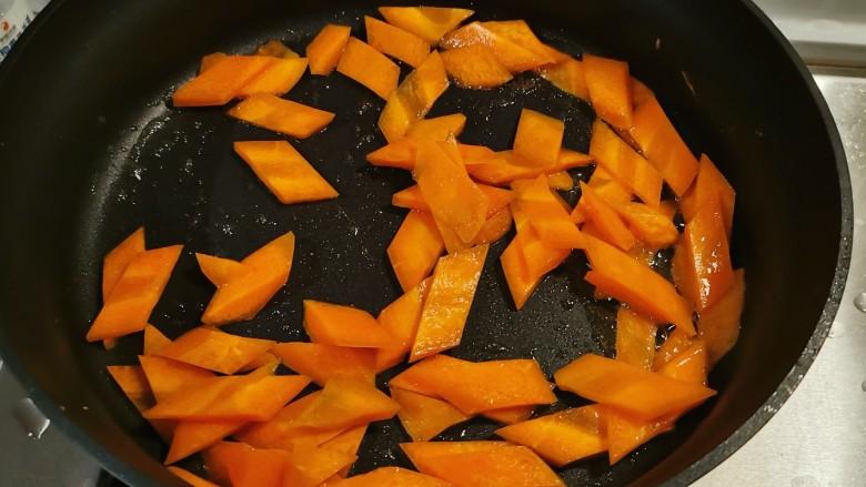 杂炒时蔬,起油锅放入食用油,油热后放入胡萝卜片翻炒断生。