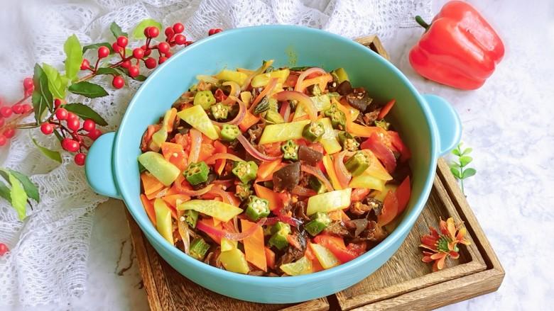 杂炒时蔬,装盘食用。