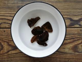 金汤鱼,木耳提前泡发,洗净后焯熟备用。