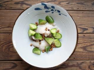 金汤鱼,将一半焯熟的鱼片和黄瓜,酥香的黄豆放入大碗中。