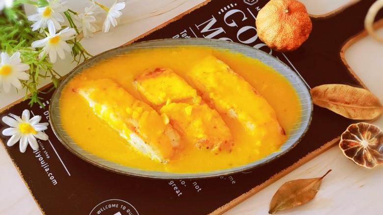 金汤鱼,汤汁浇到鱼块上面,趁热食用。